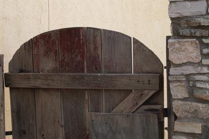 C mo construir una puerta de madera de jard n sencilla - Puertas de madera para jardin ...