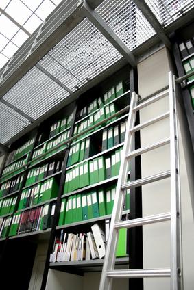C mo construir tu propia escalera con ruedas para una - Escaleras para bibliotecas ...