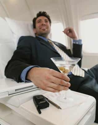 the difference between first class and coach class air fare International business class falls short of first class but still exceeds the offerings of domestic first class competition for passengers and new technology developed for international first class has created a significant improvement in business class, which is still offered for significantly lower fares than first class.
