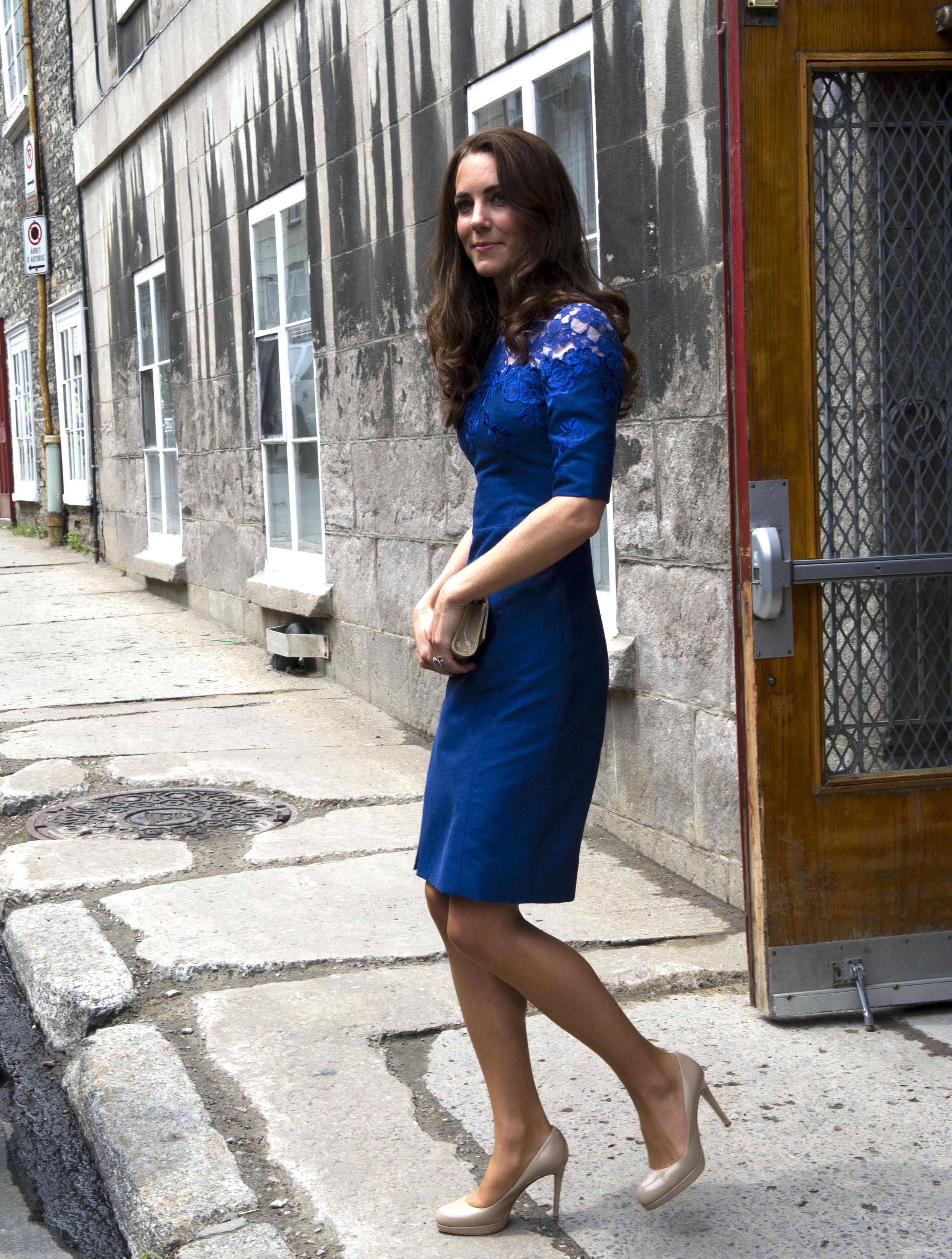 Con que combinar un vestido azul de fiesta