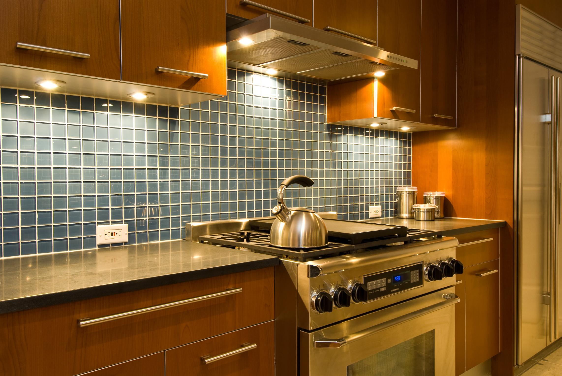 Coordinar gabinete de la cocina piso de madera de color - Ideas De Salpicaderos De Cocina Con Mesones De Granito Negro Y Gabinetes De Arce Natural Ehow En Espa Ol