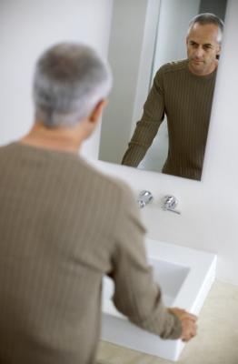 C mo colgar espejos sin marcos en las paredes del ba o for Como colocar un espejo sin marco