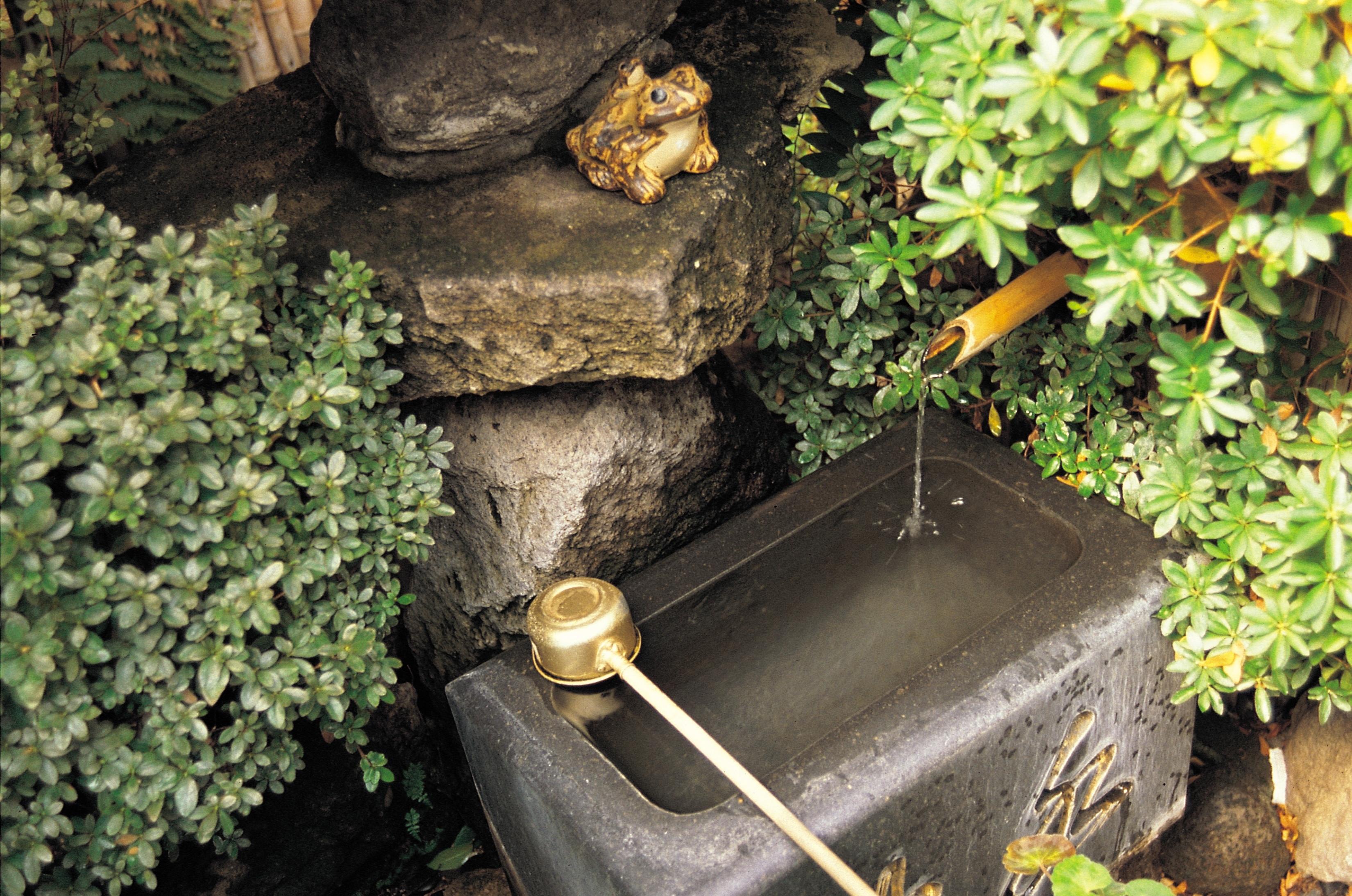 como hacer una fuente en el jardin