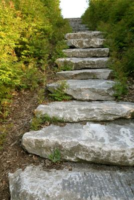 C mo hacer escaleras en un jard n a desnivel ehow en espa ol for Escalera de bloque de jardin