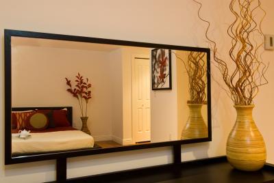 C mo pegar un marco de madera a la superficie de un espejo for Espejos pequenos para pegar
