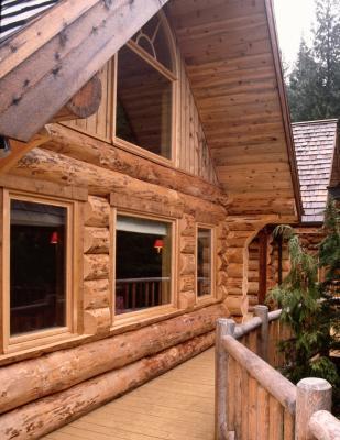 Staining log homes home guides sf gate - Casas de troncos redondos ...