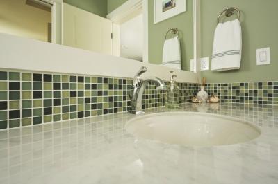 What color walls go with a green backsplash home guides - Bagno verde mela ...