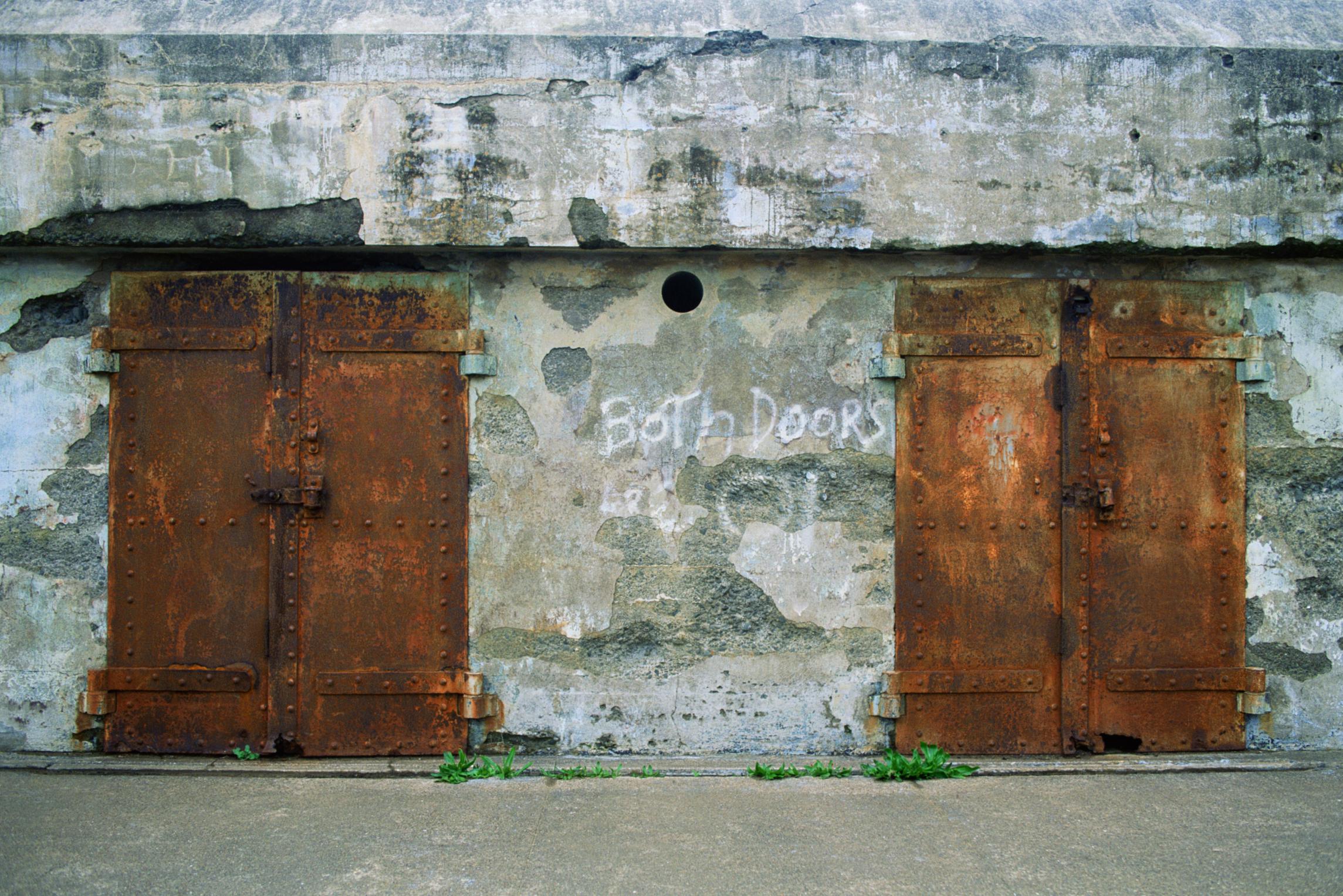 Cómo arreglar una puerta de metal que está oxidada en la parte ...
