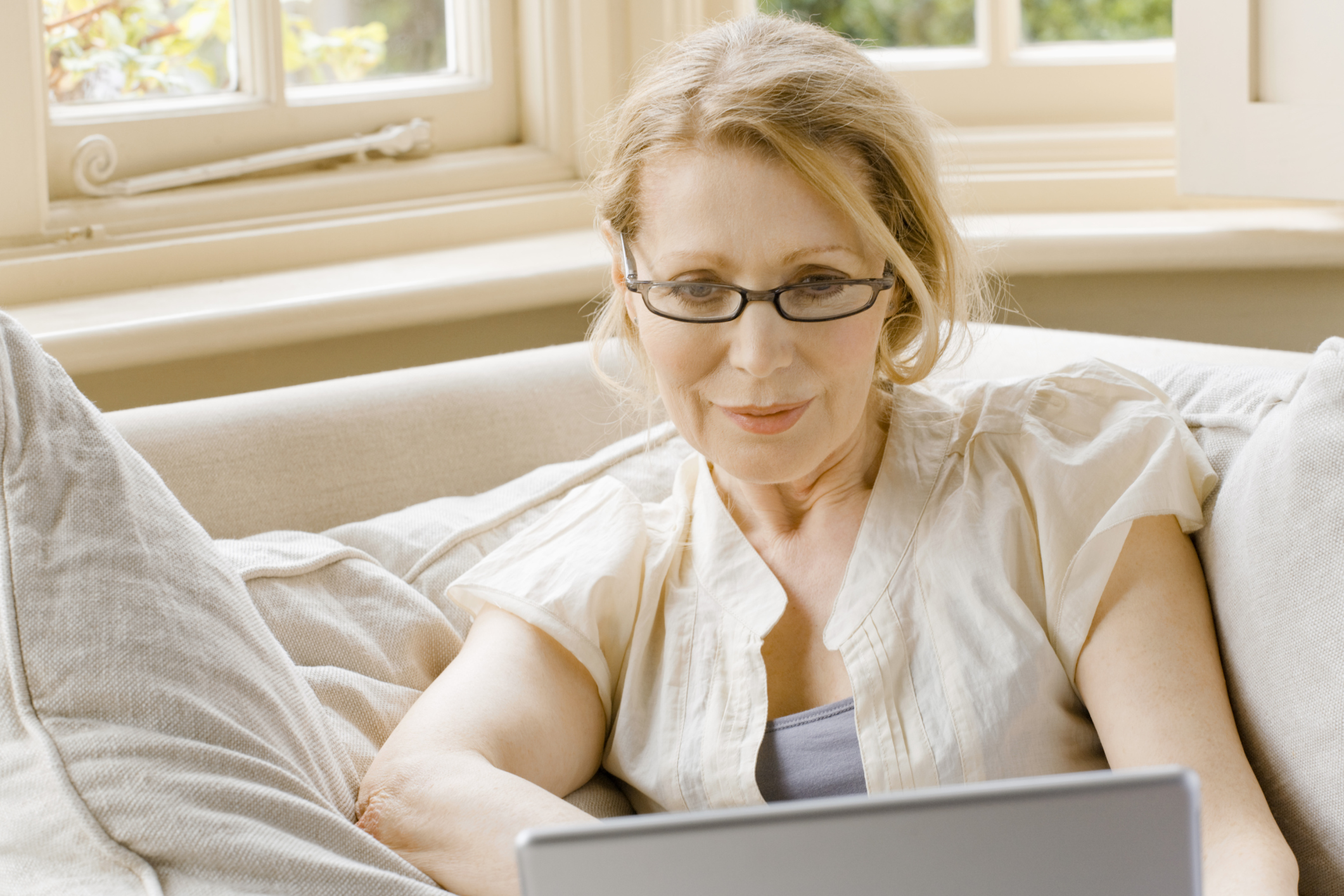 Peinados para mujeres de más de 50 años que usan gafas |