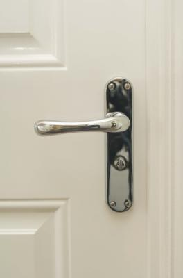 C mo cambiar la cerradura de un pomo de puerta kwikset - Cambiar pomo puerta ...