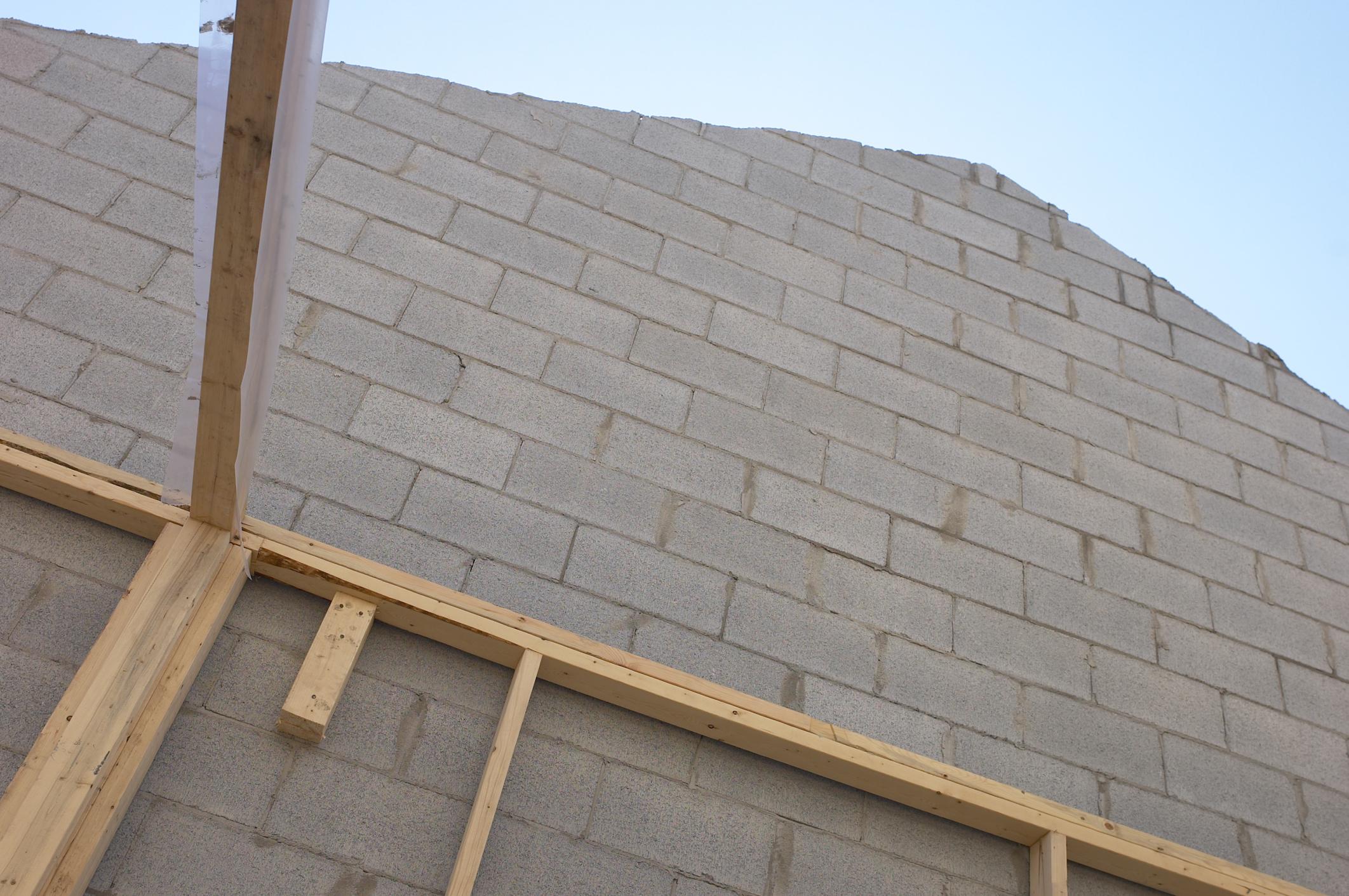 Cómo pegar un marco de madera a una pared de bloque de hormigón |