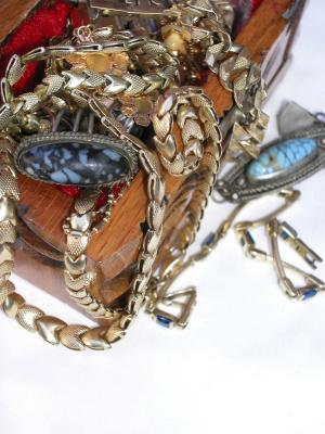 How to find the value of antique or vintage items for Antique jewelry worth money
