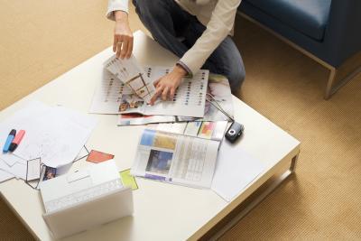 C mo decorar una mesa de madera con p ginas de revistas for Como decorar una mesa de madera vieja