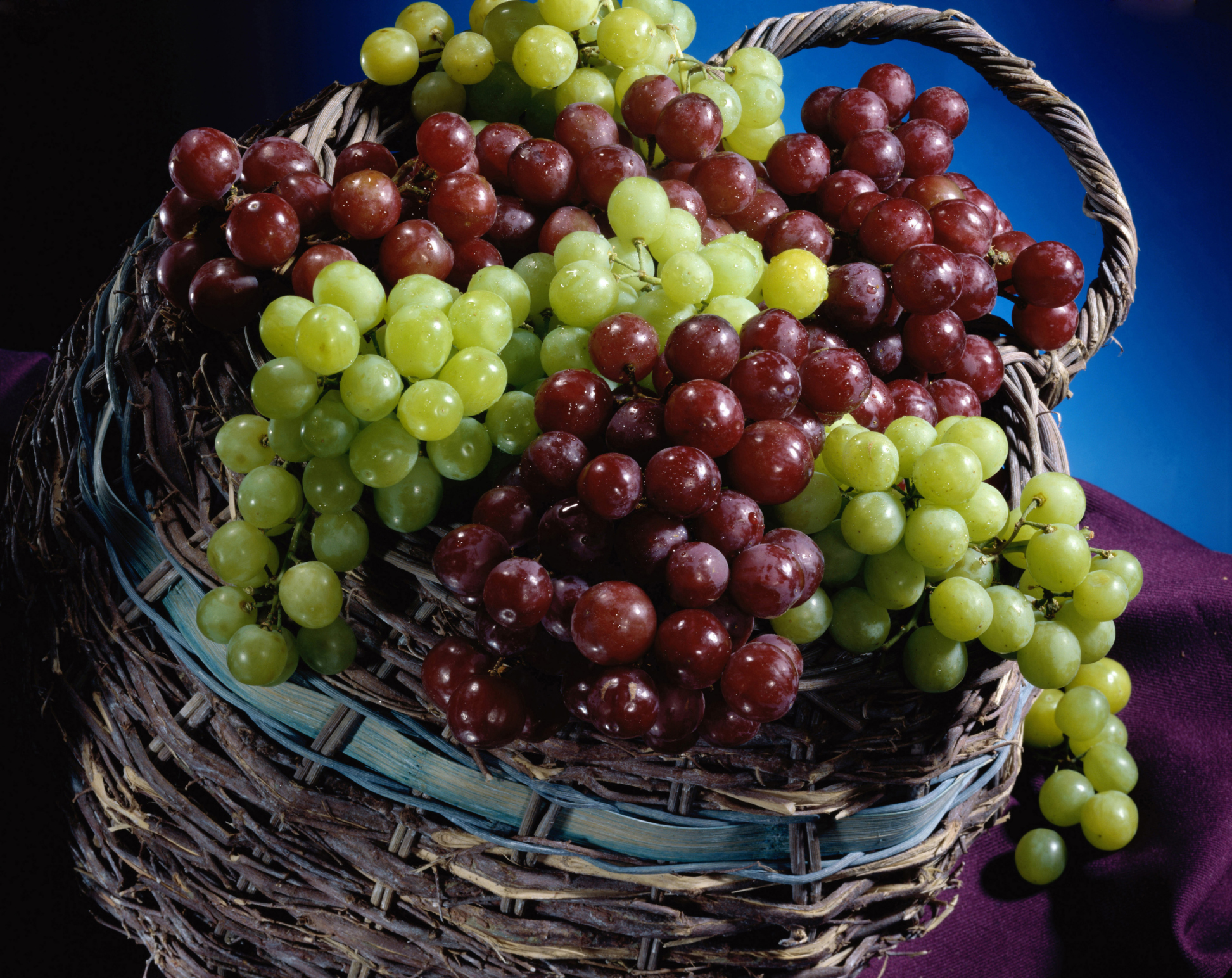 Is it possible to eat grapes while losing weight How many calories per 100 grams of grapes
