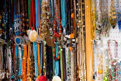 C mo atar correctamente cord n el stico para bisuter a for Costume jewelry sold by the dozen