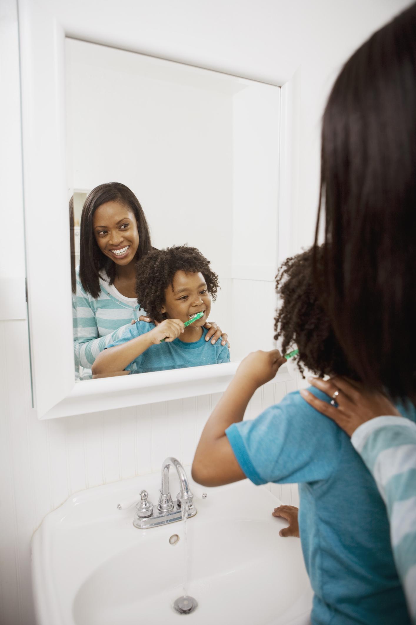 Cómo agregar molduras alrededor de un espejo del baño |