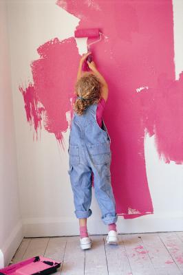 В предыдущей статье мы говорили о выборе краски для стен, и выяснили, что хорошей краской считается водоэмульсионная.