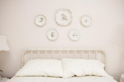 Decorating ideas for a small bedroom with a queen size bed - How to arrange a small bedroom with a queen bed ...
