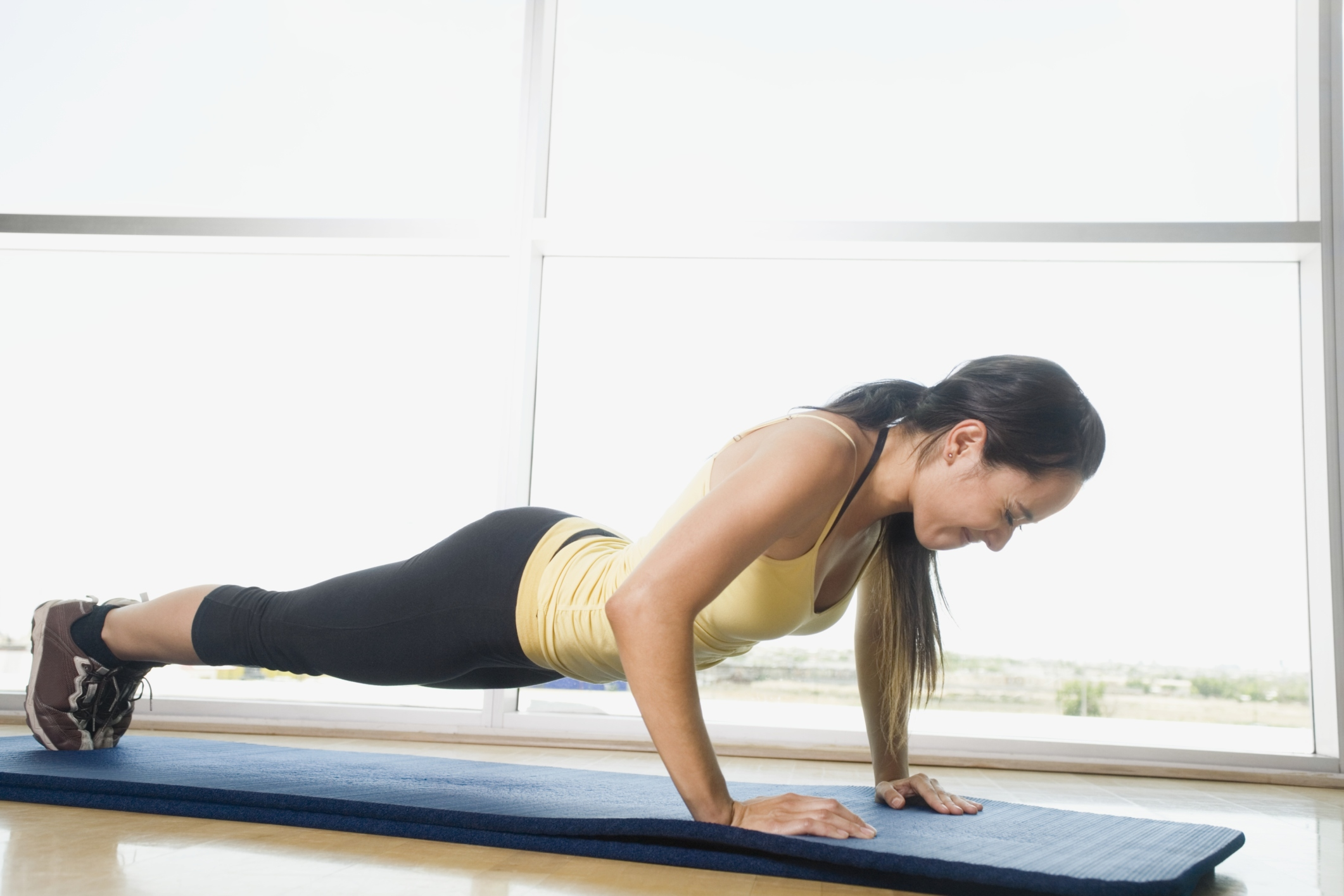 Push-ups from the wall: use, technique, other exercise options