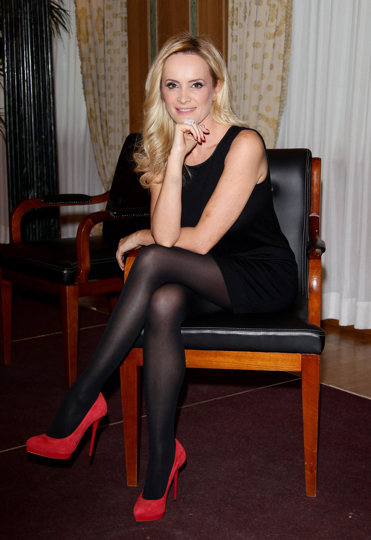 Qué Color De Medias Va Con Un Vestido Negro Y Zapatos Rojos