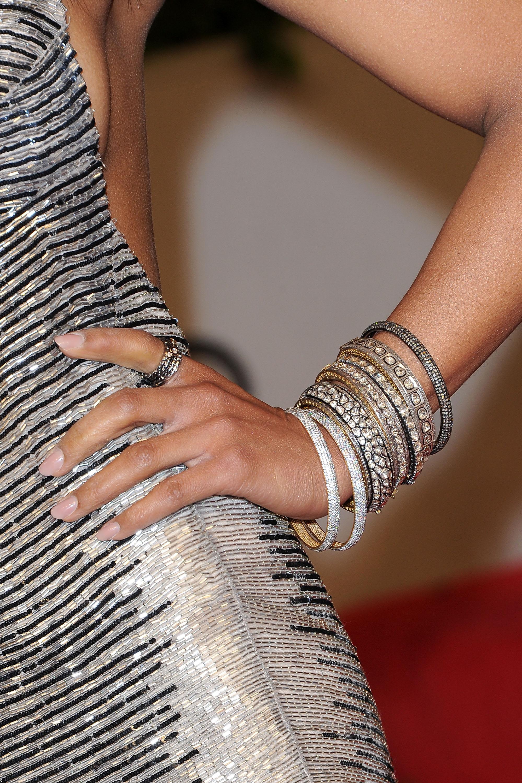 97752c8b6 ¿Qué color de esmalte de uñas usar con un vestido azul eléctrico