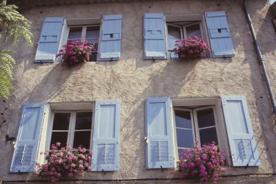 How to decorate a home 39 s exterior to make it look french for French country architecture characteristics