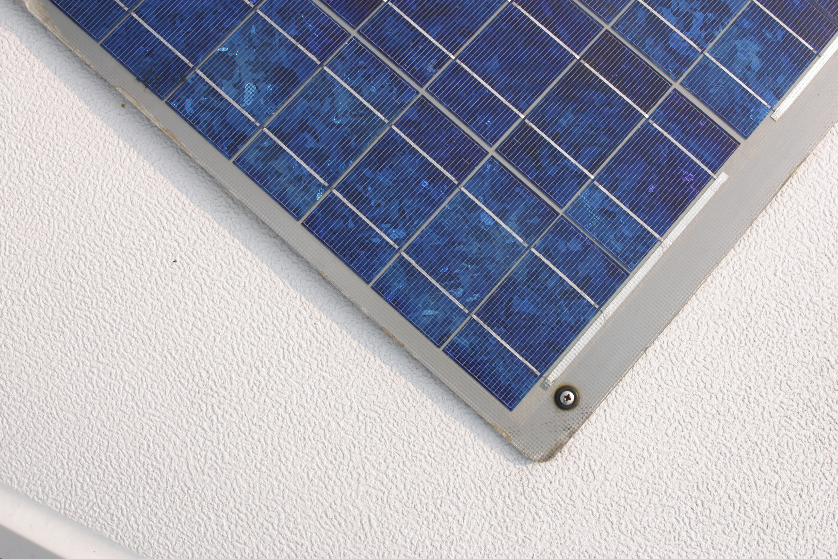 Can Solar Batteries Charge Using Incandescent Light?