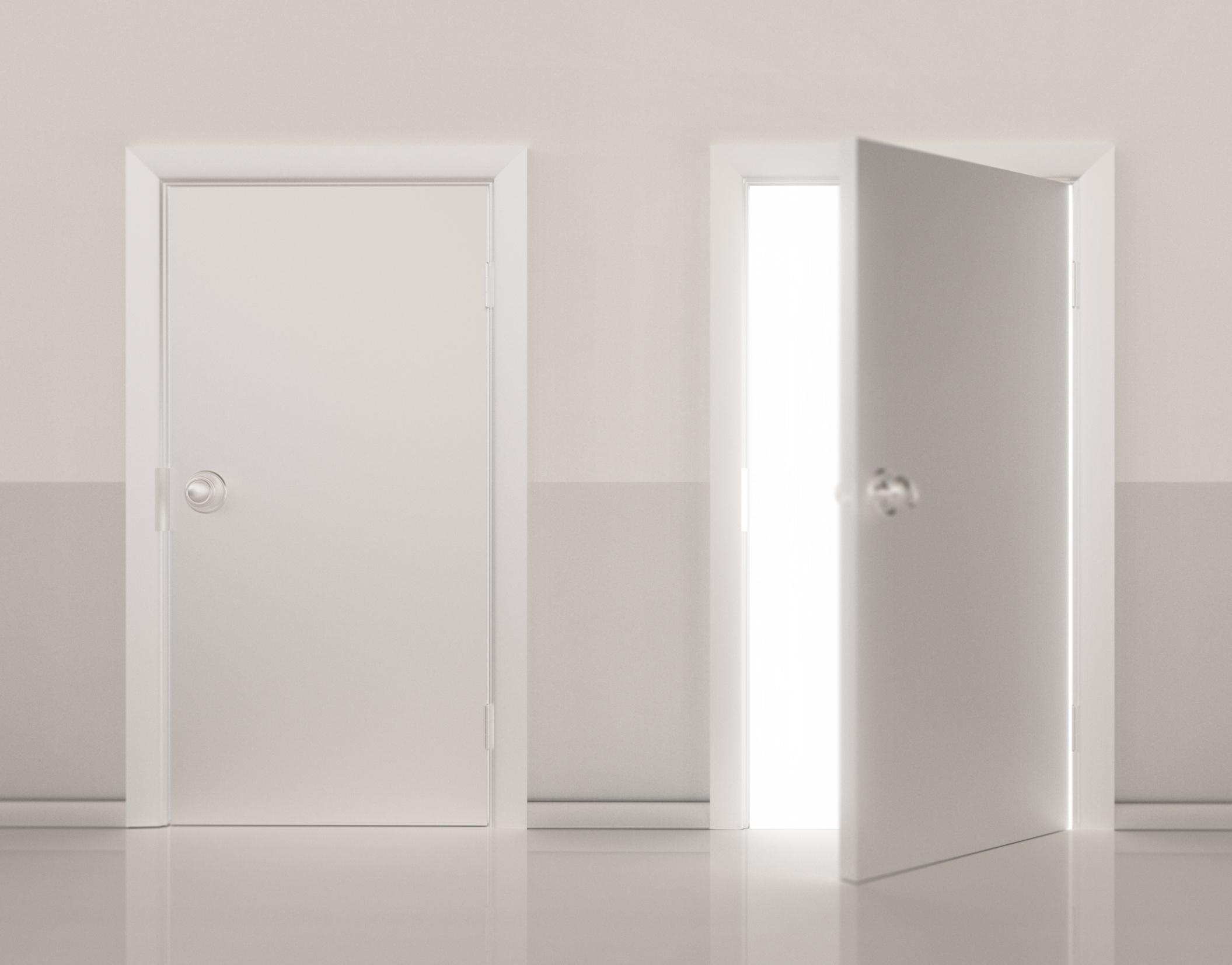 Cómo reemplazar una puerta de interiores, incluyendo el marco |