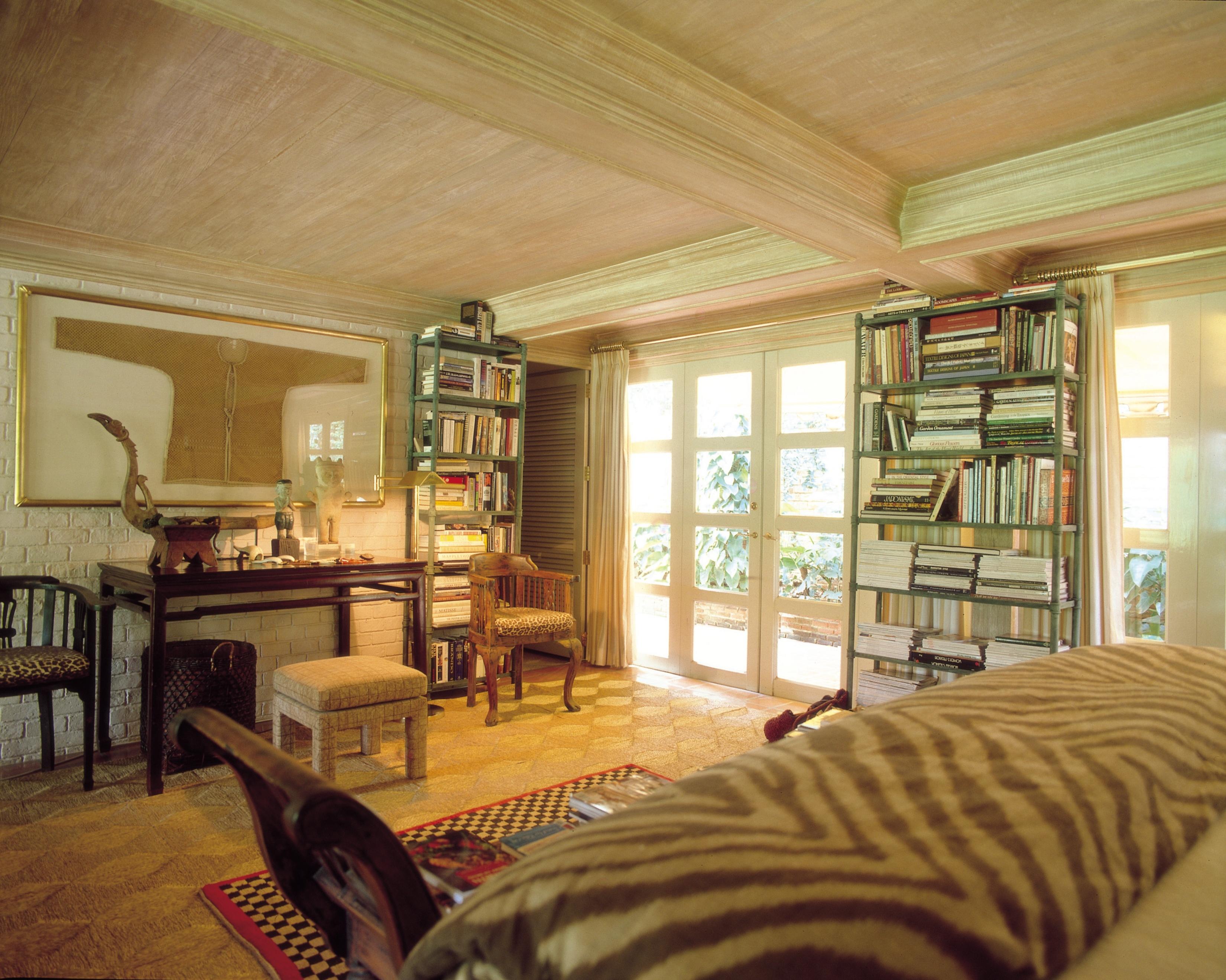 Cómo organizar los libros en un estante de manera decorativa |