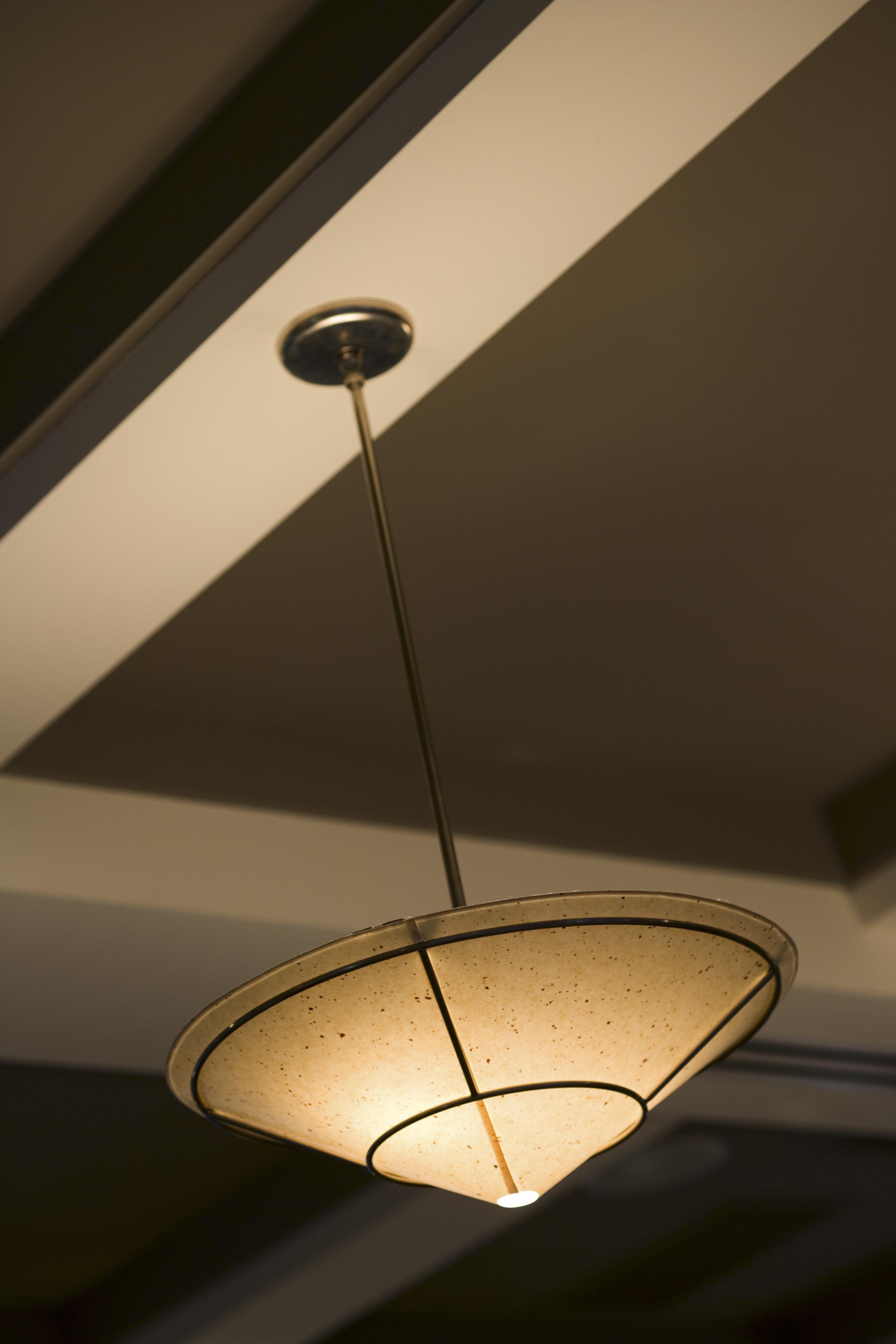 Formas de decorar para ocultar una viga de soporte del techo |