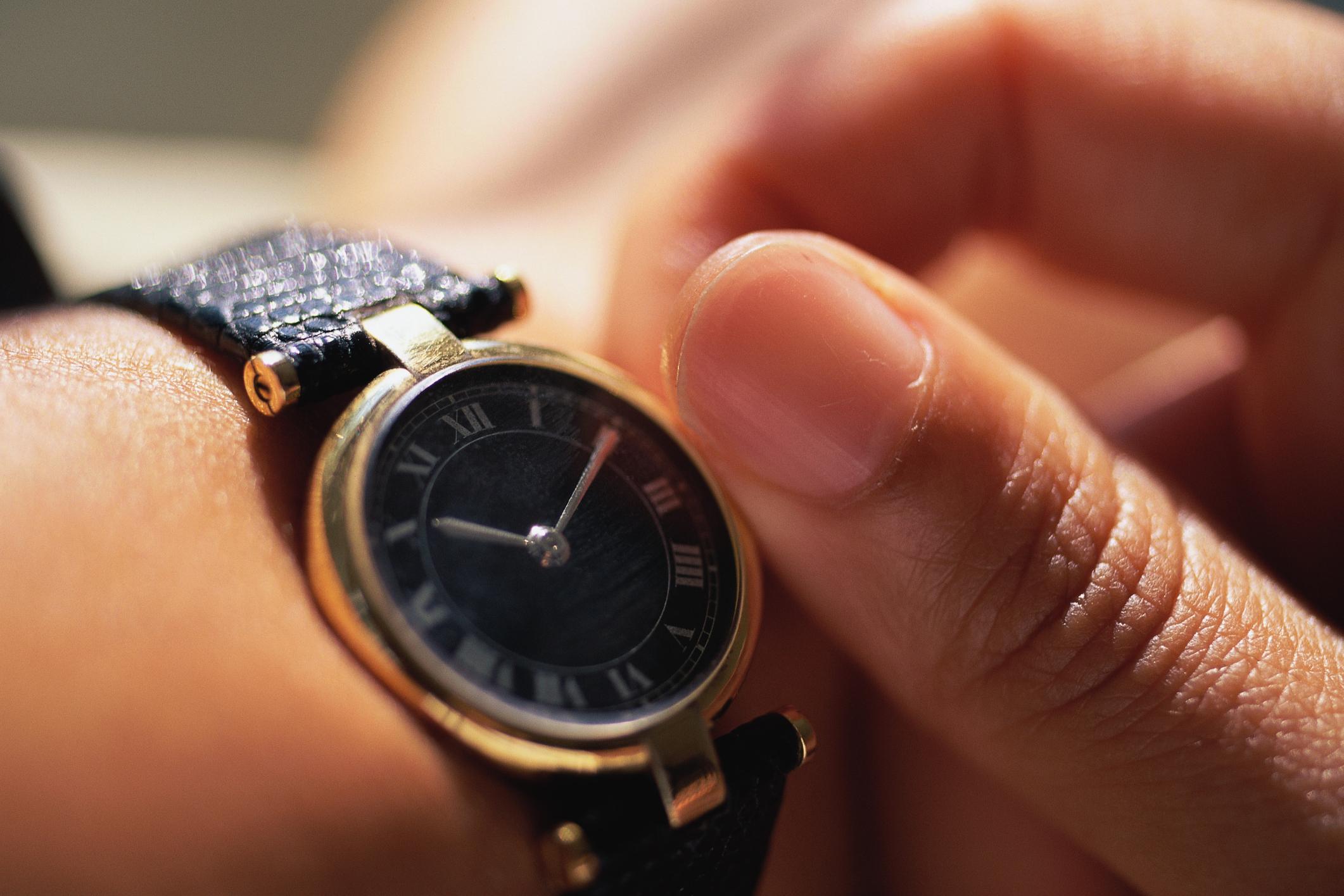 c2d88e0221ed ¿En qué mano llevan el reloj las mujeres