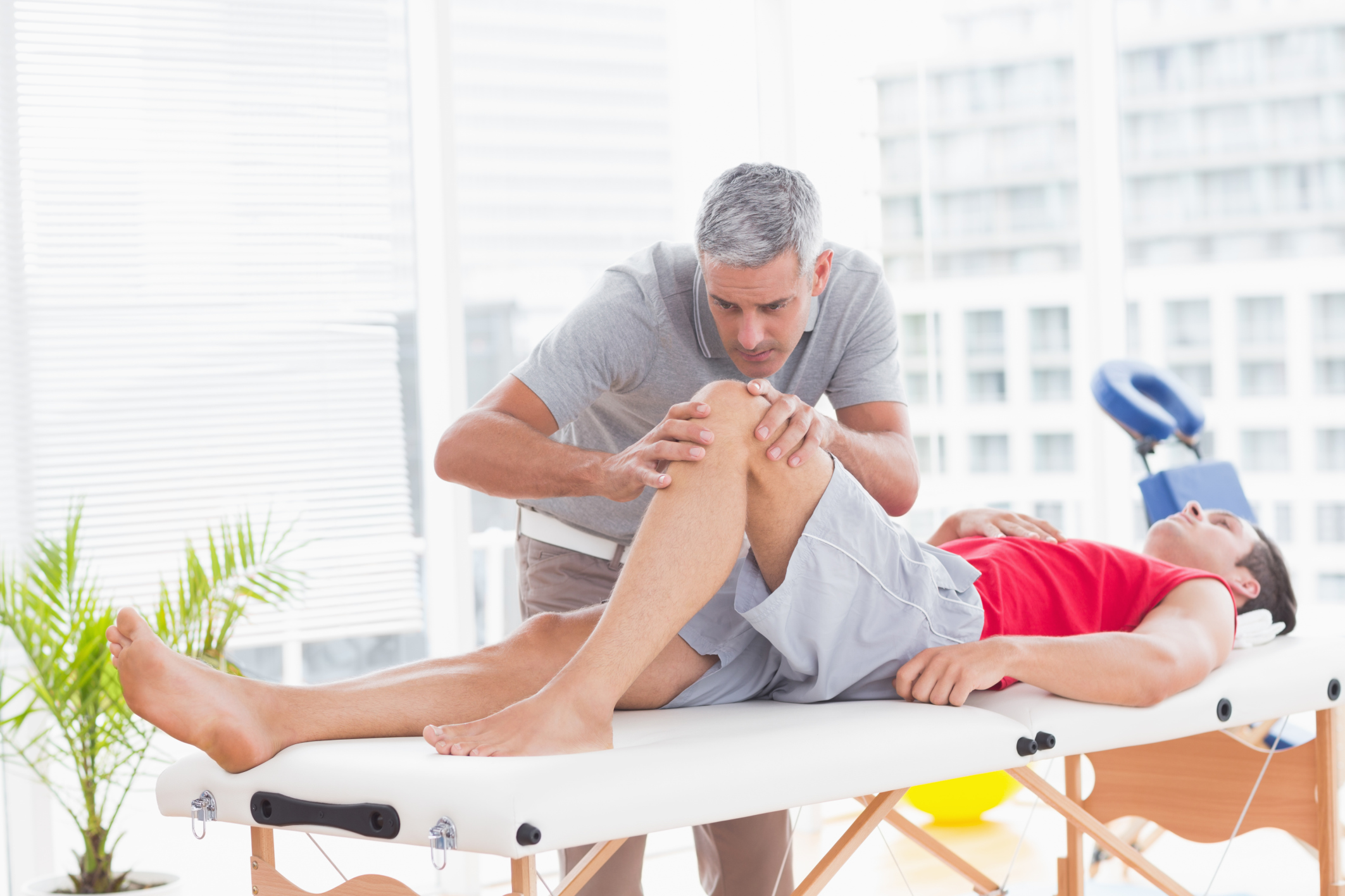 Stretching a Lateral Retinaculum of the Knee | LIVESTRONG.COM