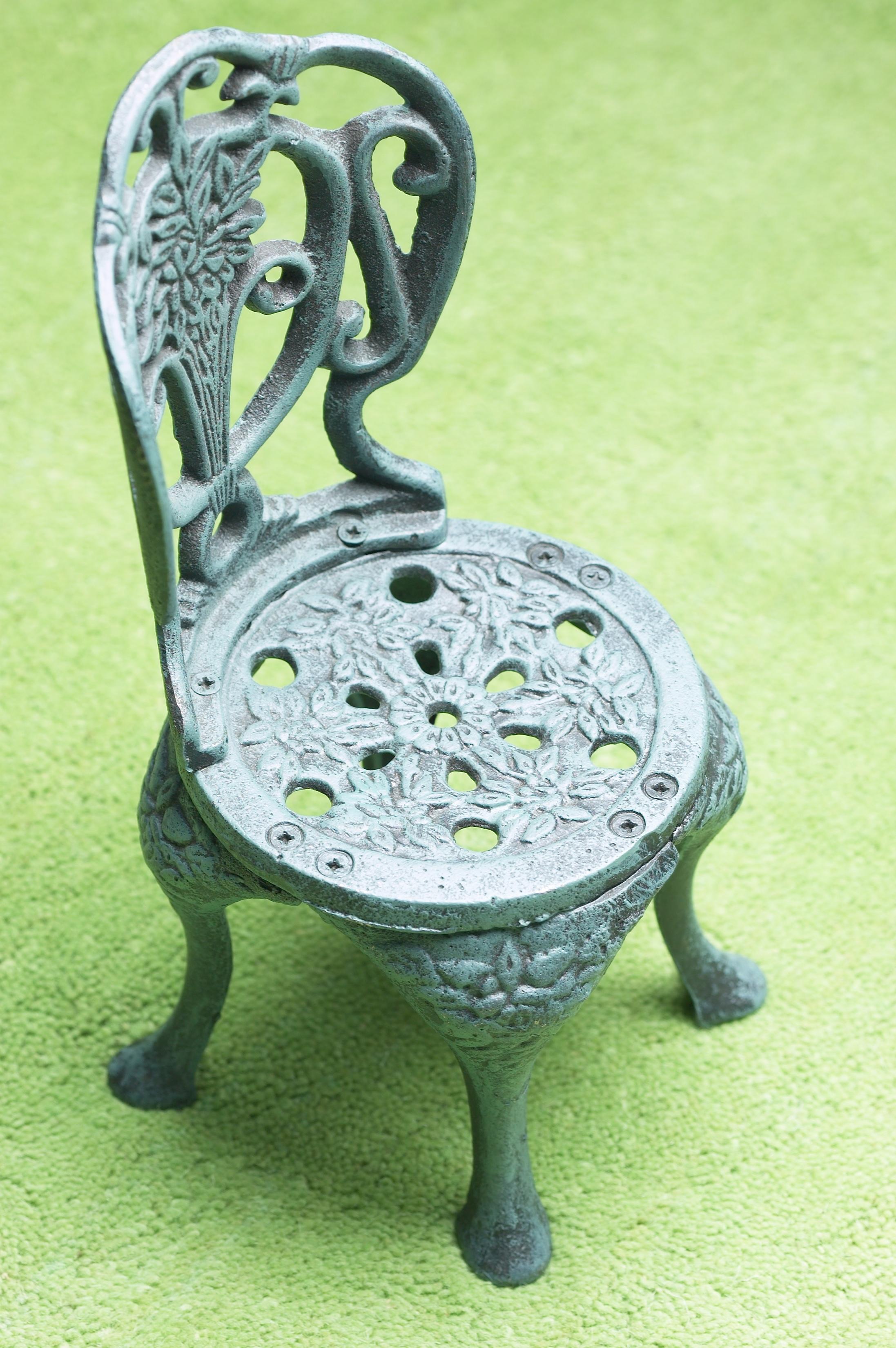 Cómo quitar óxido y pintura de las sillas de hierro para exteriores |