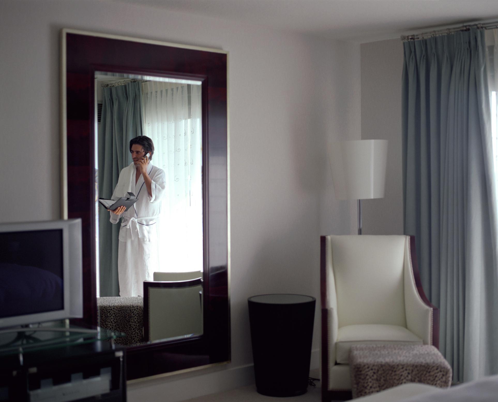 C mo colocar un televisor detr s de un espejo de dos v as - Como colocar un espejo encima de un aparador ...
