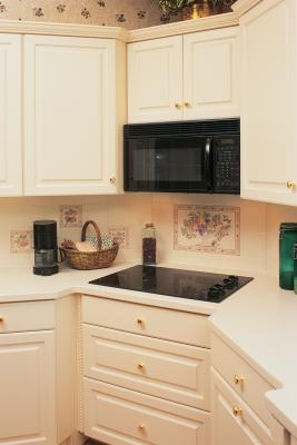 The average overhead cabinet depth home guides sf gate for Average depth of kitchen cabinets