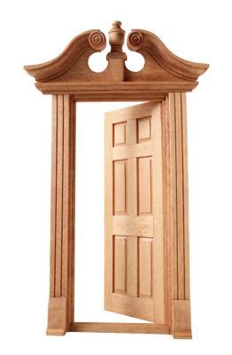 C mo te ir y barnizar puertas de madera y molduras ehow - Molduras de puertas ...