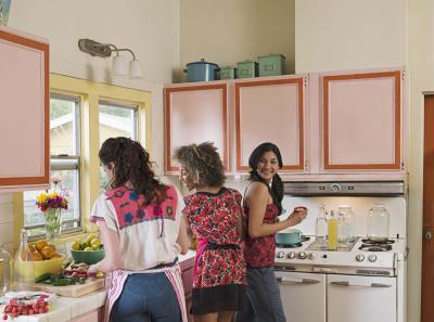 C mo remodelar viejas cocinas de manera econ mica ehow for Como remodelar una cocina