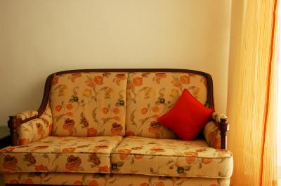 The average cost to reupholster a couch home guides sf for Average price of a couch