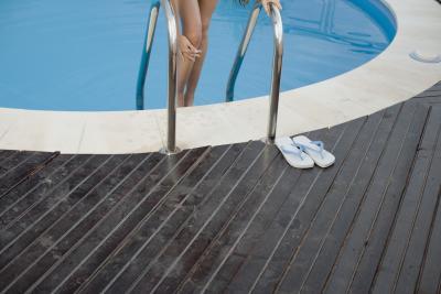 Ideas para un deck lujoso para una piscina sobre el nivel for Besser block pool