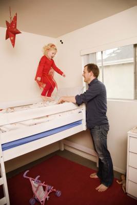 C mo construir una cama litera con pilares de 4x4 ehow - Como construir una cama ...