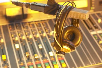 Cover Letter Tips for a Radio Broadcaster\'s Resume | Chron.com