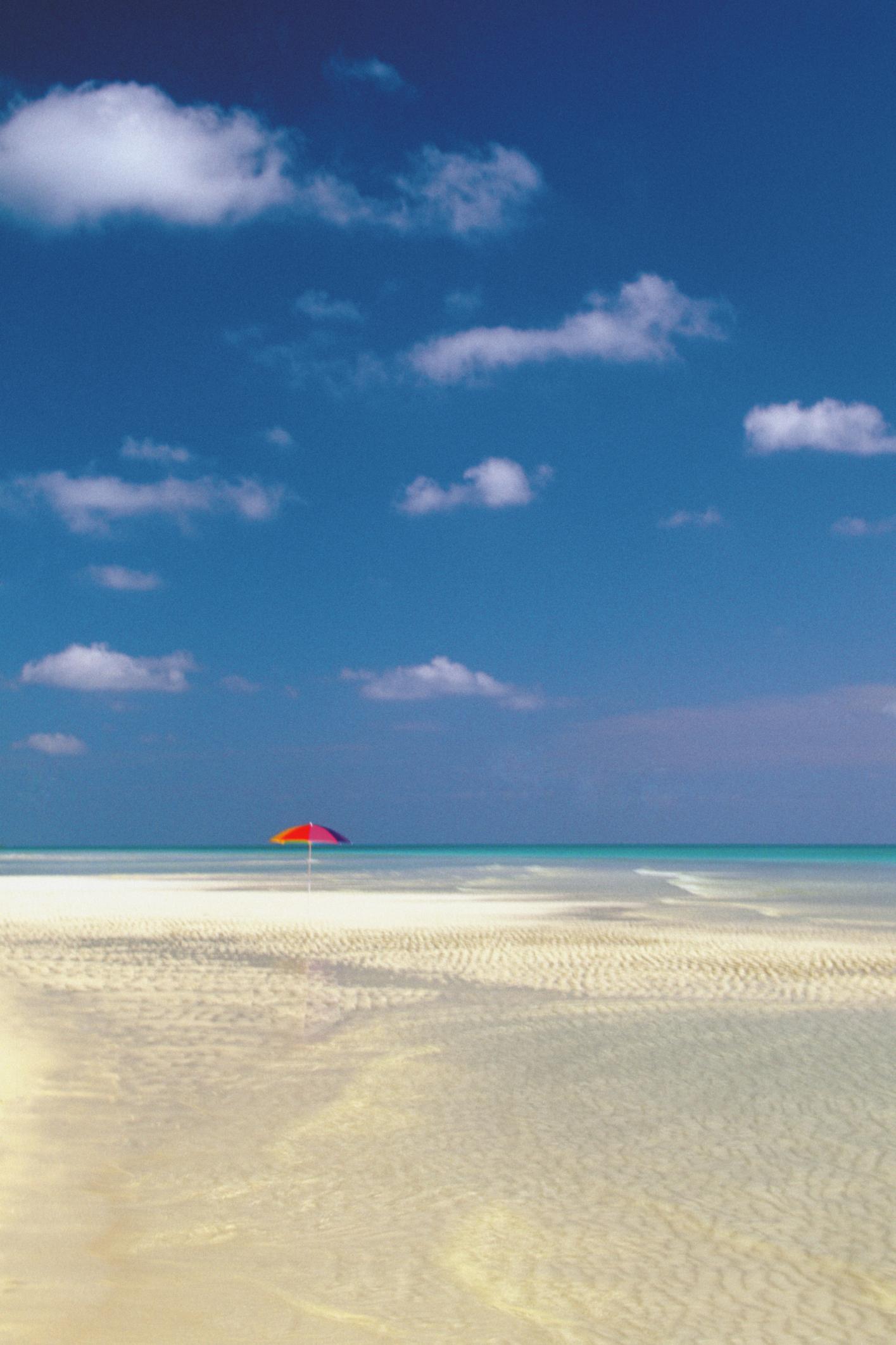 how far is the flight from orlando, fl to nassau, bahamas