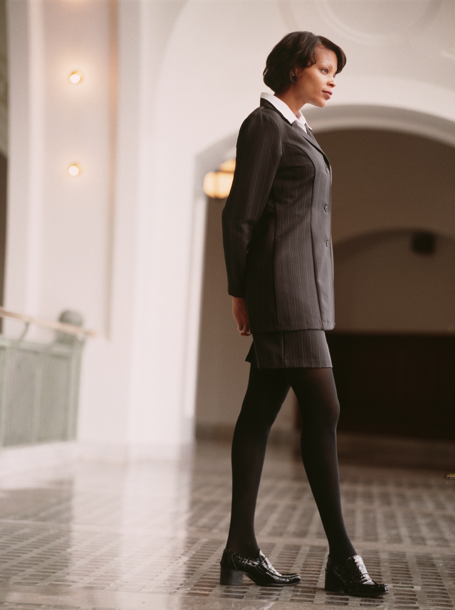 Vestido floreado corto con medias negras