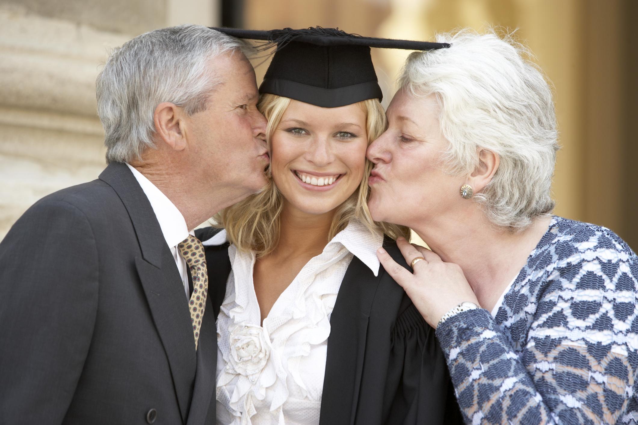 d3f282c0f ¿Cómo debe ser el vestido de la madre para una graduación