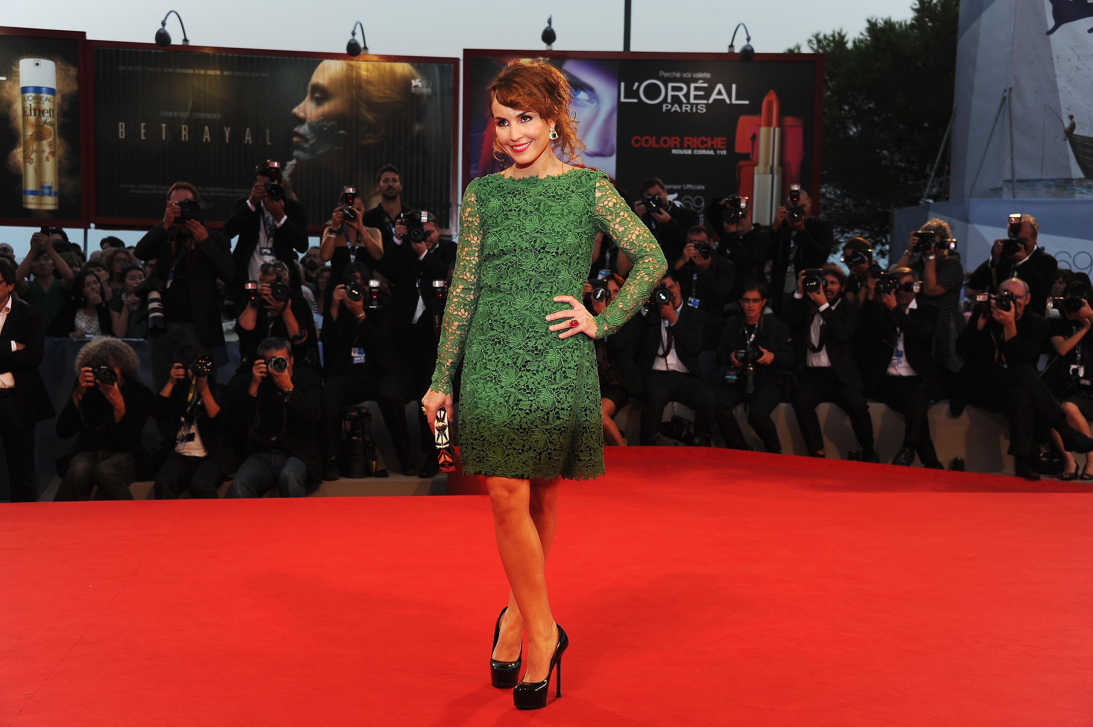 Combina vestido verde con zapatos azules